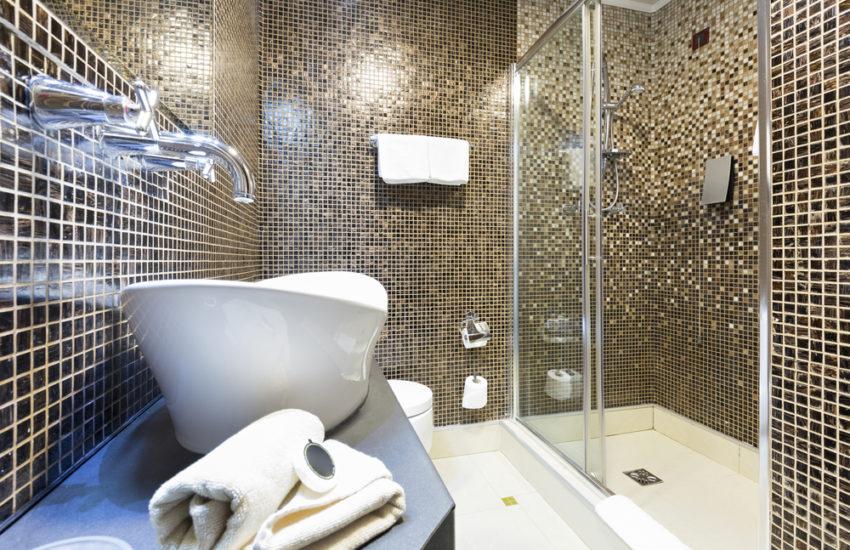 Installation salle de bain : comparatif des prix complet ...