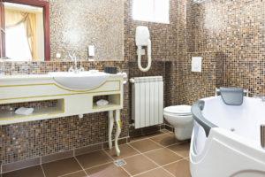Salle de bain rétro avec baignoire balnéo