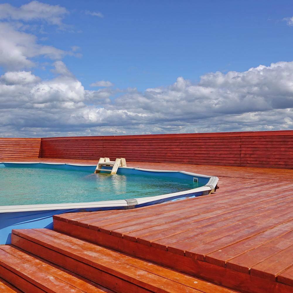 Terrasse d'une piscine semi-enterrée