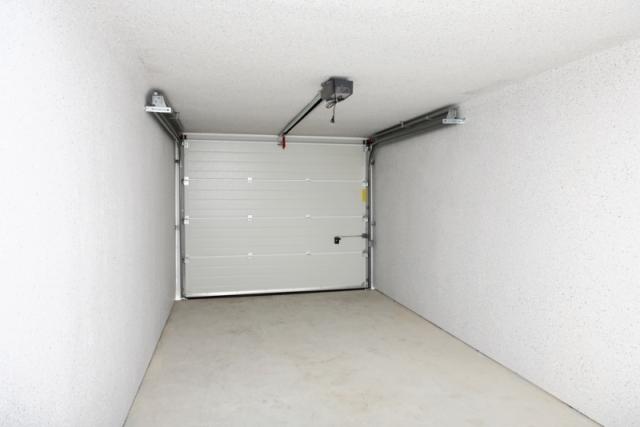 pose porte de garage sectionnelle avec portillon