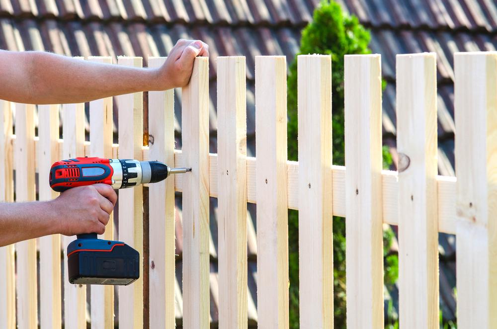 Installer une clôture : guide complet (tarifs fourniture et pose ...