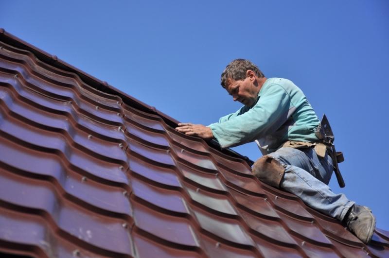 Artisan poseur faitage de toiture