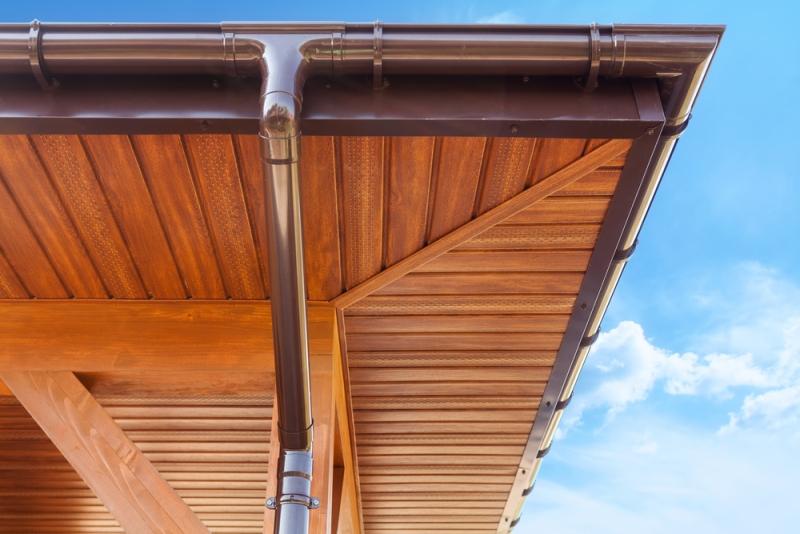 Débord de toit avec bardage bois et gouttière
