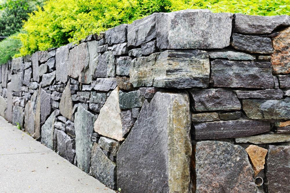 Joli mur de soutènement en pierres