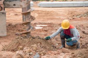 Etude de sol avant construction par un technicien