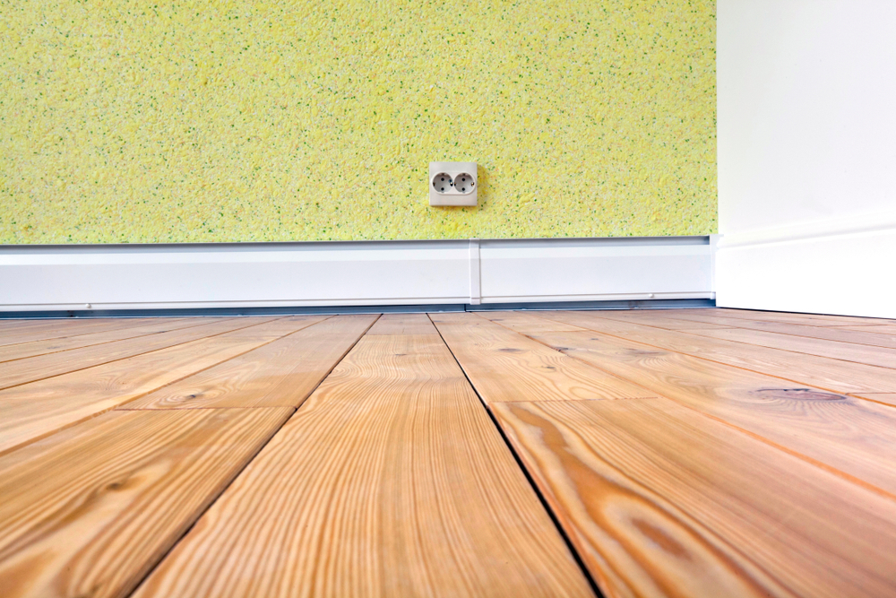 Plinthe chauffante électrique installée dans une pièce
