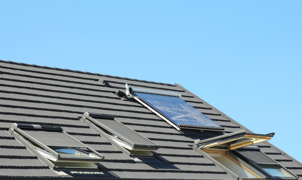 Volets roulants solaires installés sur un toit